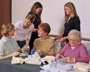 le rôle de la femme chez les mormons: ici des soeurs assemblent des kits d'hygiène d'urgence