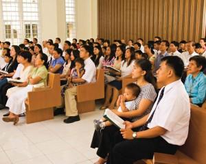 les mormons vont à l'Eglise en famille le dimanche