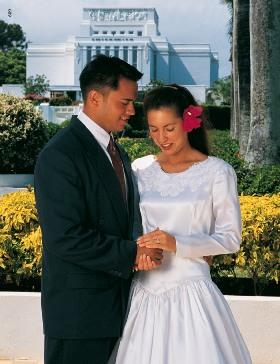 couple polynésien lors de leur mariage au temple à Tahiti