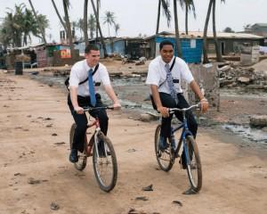 Deux jeunes hommes en mission