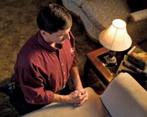 un mormon prie: la prière peut être un moyen de demander à connaître la vérité sur un thème précis