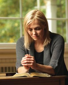 femme mormone qui prie. La personne subissant de la violence conjugale peut trouver du réconfort dans la prière