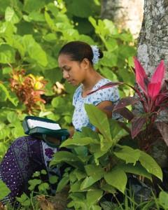Soeur Dalton enjoint les jeunes filles à se souvenir de leur nature divine: ici, une jeune fille lit les Ecritures