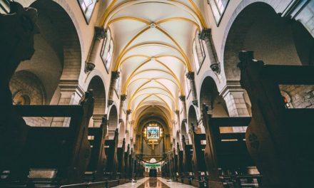 Dieu vs Satan: Quand la religion devient un sujet de moquerie