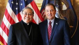 L'archevêque catholique, Bernardito Auza, et le gouverneur de l'Utah, Gary Herbert. Image via Deseret News.