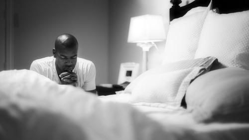 la prière au pied du lit le matin ou le soir est une des façons de prier