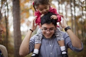 La famille: Déclaration au monde. Un père et sa fille en promenade