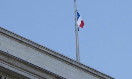 Le drapeau français flotte à Temple Square en signe de support aux victimes parisiennes