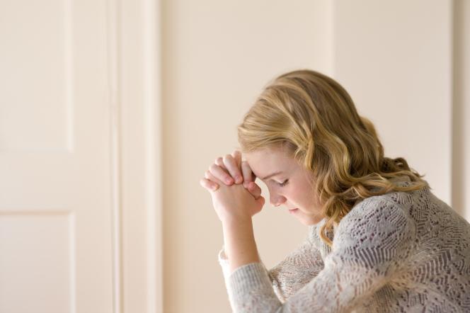 fille_en_priere