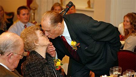 president-monson-embrasse-sa-femme