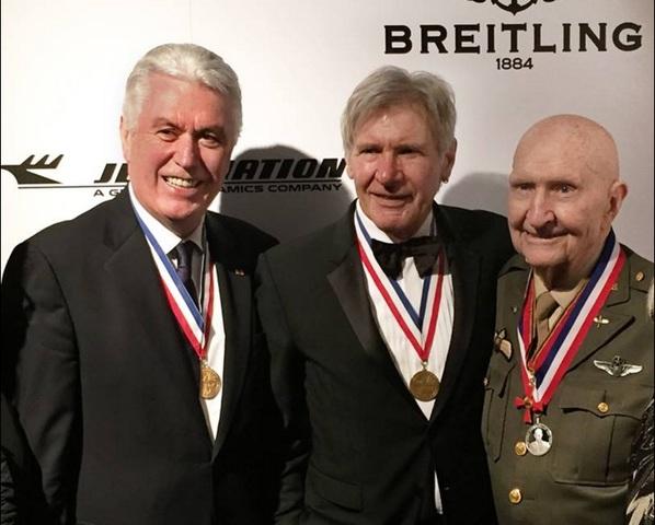 Prés Uchtdorf et Harrison Ford présentent prix d'aviation