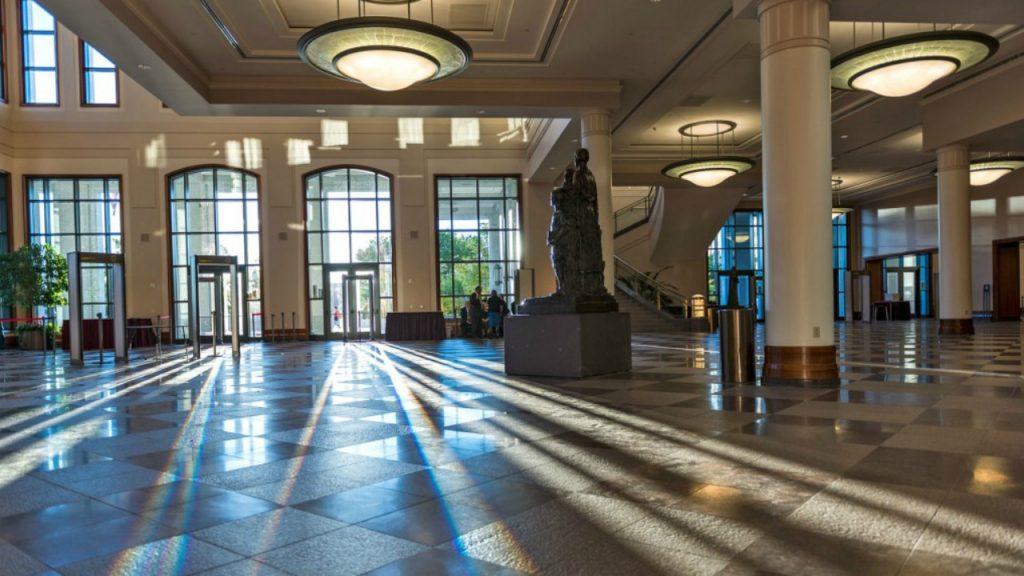 le hall du centre de conférence de l'église de Jésus-christ des Saints des Derniers jours
