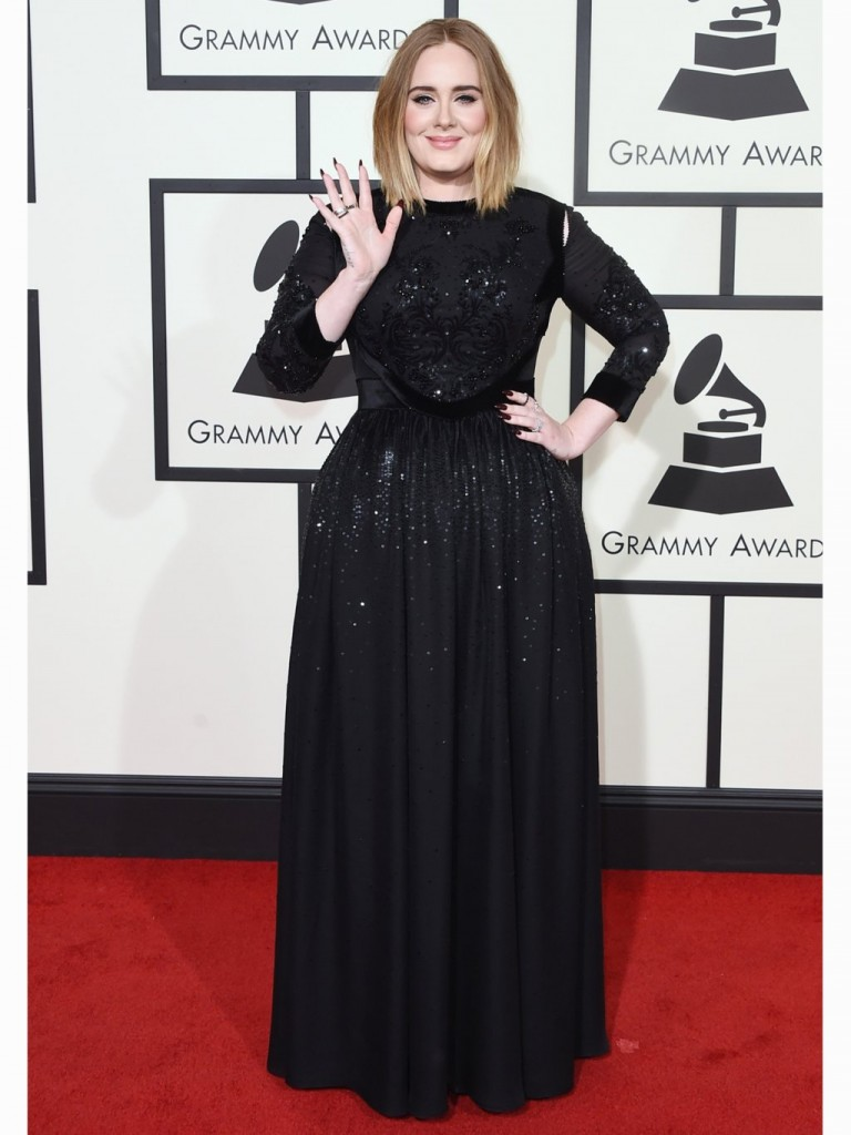 Adele porte une robe modeste lors des Grammy 2016