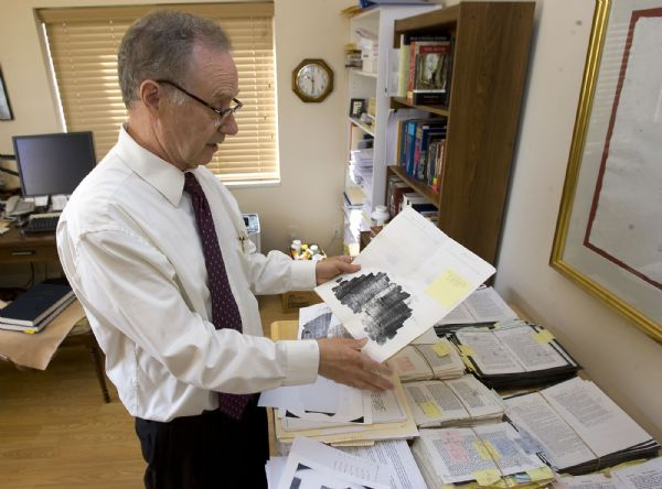 Skousen montre les documents qu'il a analysé pour déterminer si le Livre de Mormon contient des erreurs
