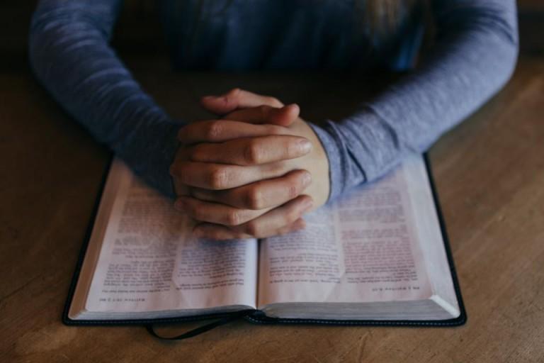 Personne priant avec les écritures