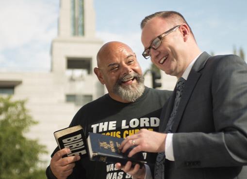 Amitié improbable : un Mormon et un protestataire de conférence