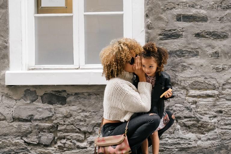 femme parlant avec son enfant