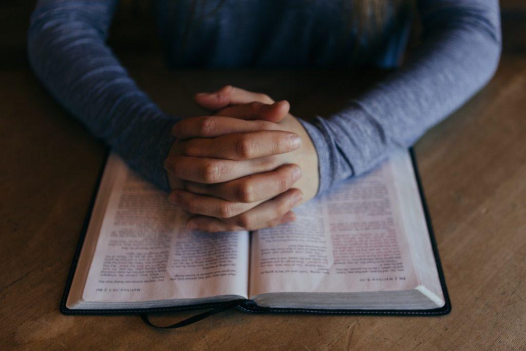 prie et étudie