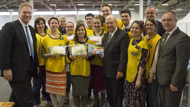 Elder Ballard visite une action d'aide aux réfugiés