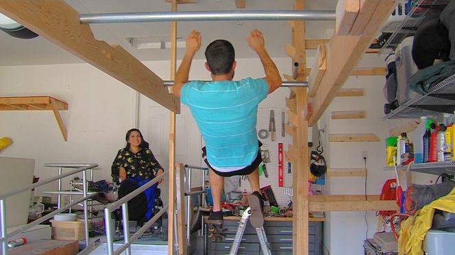 Michael Stanger s'entraîne dans son garage pour sa participation à American Ninja Warrior