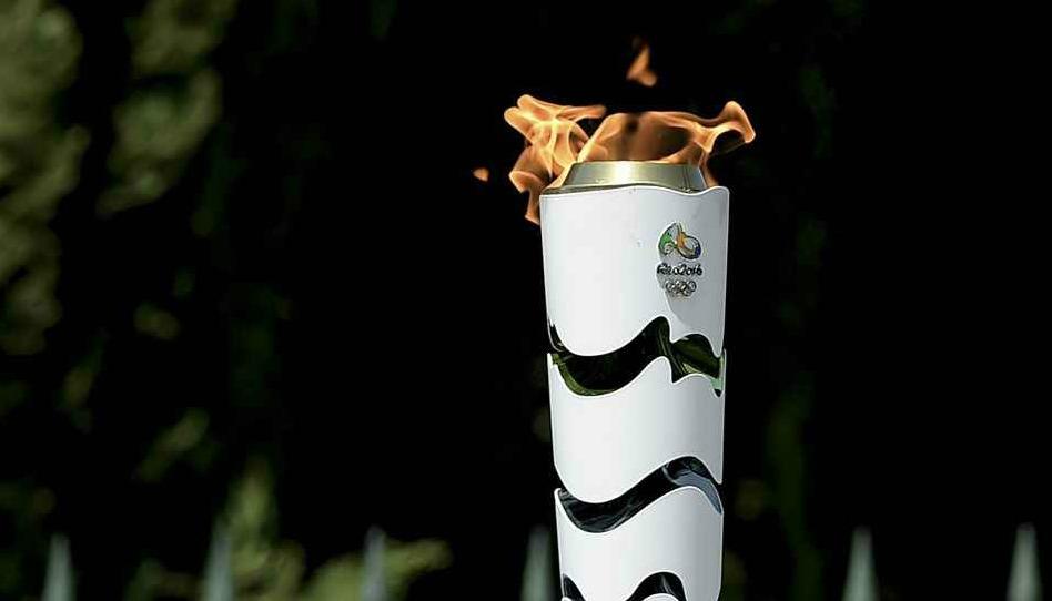 Ils coupent en 2 une torche olympique pour voir ce qu'il y a dedans