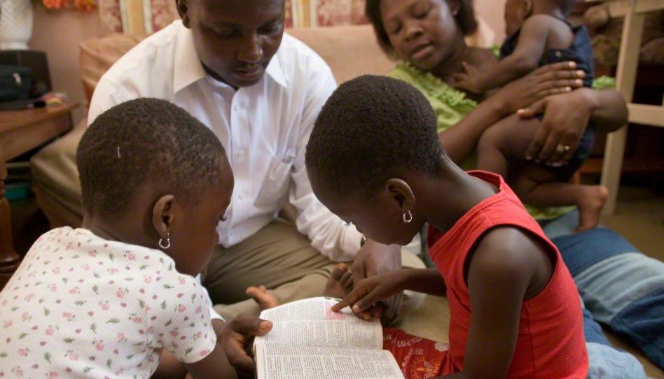 une famille afro-américaine étudie les Ecritures