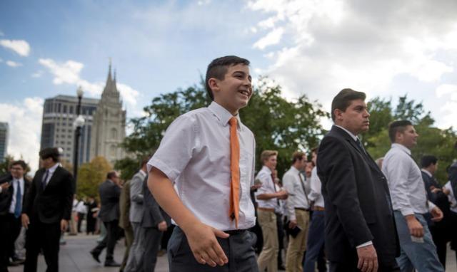 Les hommes agés de 12 ans et plus se retrouvent tous ensemble pour la session de la prêtrise de la conférence genérale