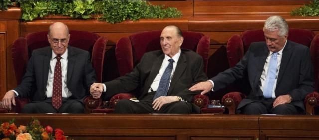Le prophète de l'Eglise mormone et ses trois conseillers, photo de la conférence générale lors de la session des femmes