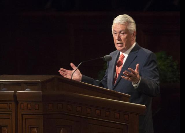 photo de président Uchtdorf, 1er conseiller dans la première présidence, s'adressant aux membres de l'Eglise lors de la session du samedi matin de conférence générale