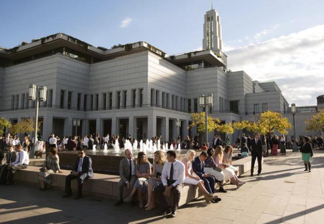 Les membres de l'Eglise assistant à la conférence générale devant le centre de conférence