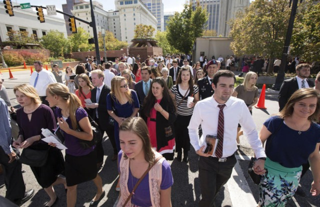 photo de la foule de membres de l'Eglise mormone qui assistent à la session de conférence générale su samedi après midi.