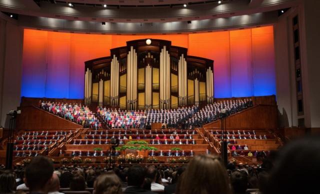 photo de l'intérieur du centre de conférence générale où des milliers de personnes sont réunies pour écouter les discours du prophète et des dirigeants de l'Eglise mormone