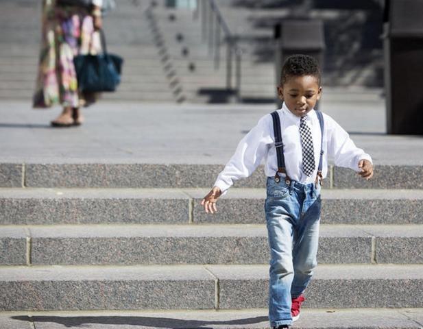 photo d'un petit garçon sur les marches du centre de conférence générale