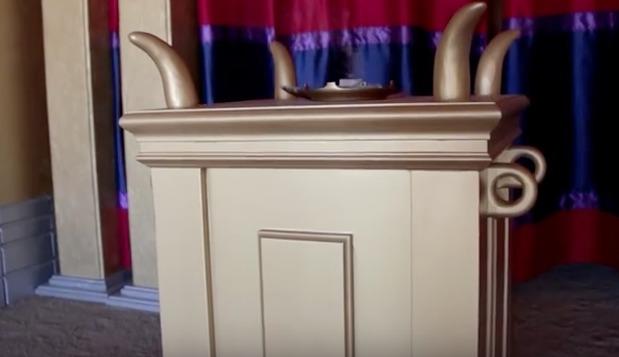 reconstitution du tabernacle avec son autel à encens