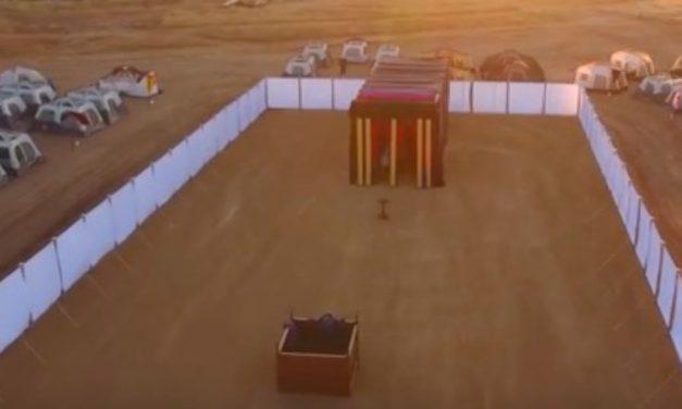 Le tabernacle et l'arche d'alliance construits à taille réelle pour une conférence de jeunesse