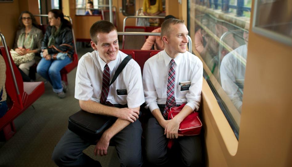 Deux missionnaires dans un train au Portugal.