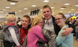 retour de mission, réunion de famille à l'aéroport