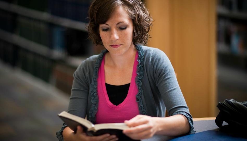 jeune femme étudiant à la bibliothèque; bonne Eglise