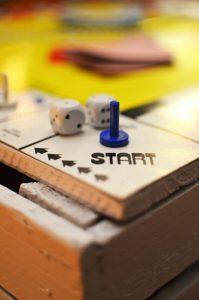 lors d'une coupure d'électricité, les jeux de société font passer le temps