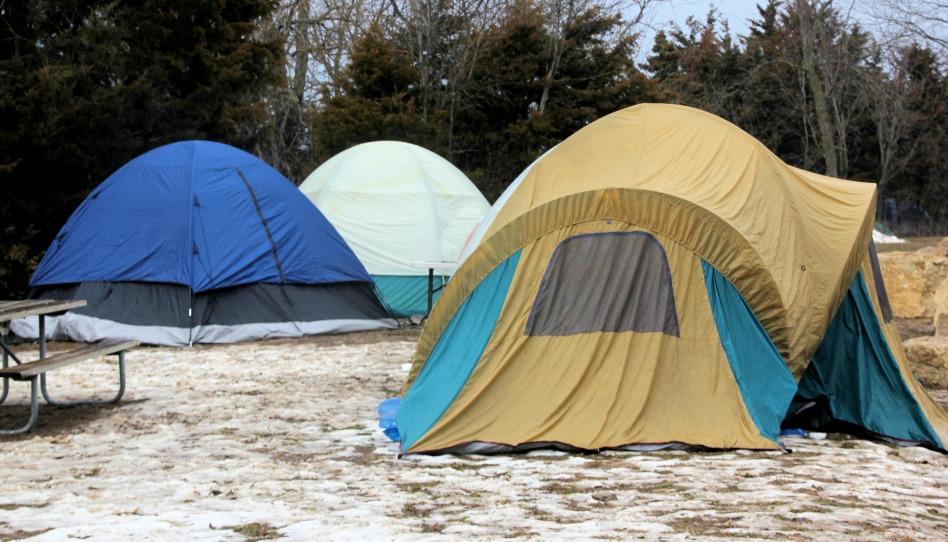 en cas d'urgence: avez-vous une tente à disposition ou bien des sacs de couchage?