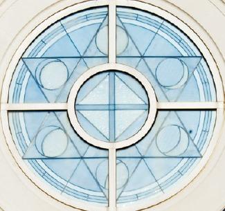 étoile et phases de la lune sur vitrail d'un temple