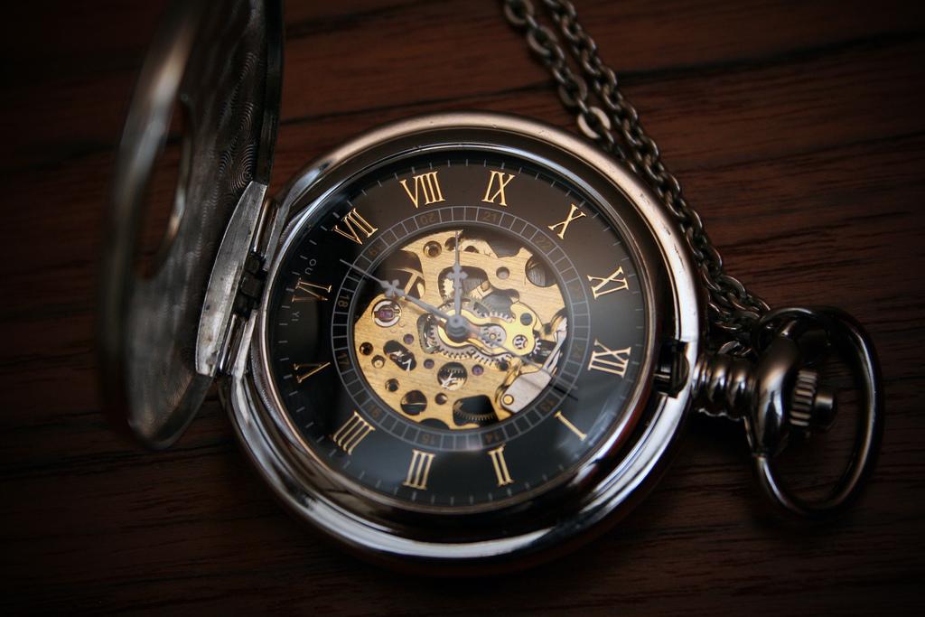 Eliza portait une montre à gousset pour être toujours à l'heure