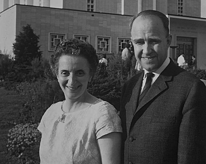Agnes Erdös et Gustav Palm devant le temple de Bern avant le scellement de leur famille