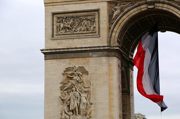 l'Arc de triomphe et un drapeau français