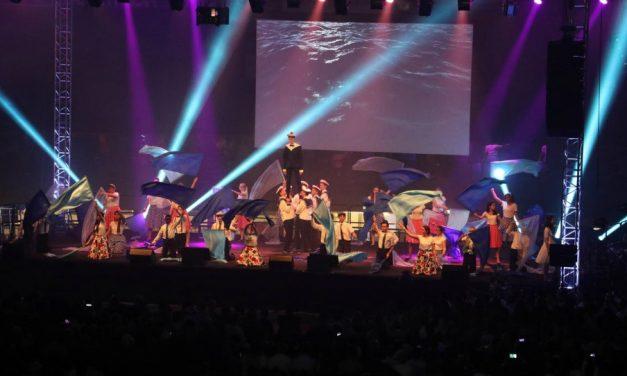 Les jeunes SDJ francophones honorent «La Lumière de la Foi» lors d'un spectacle culturel.
