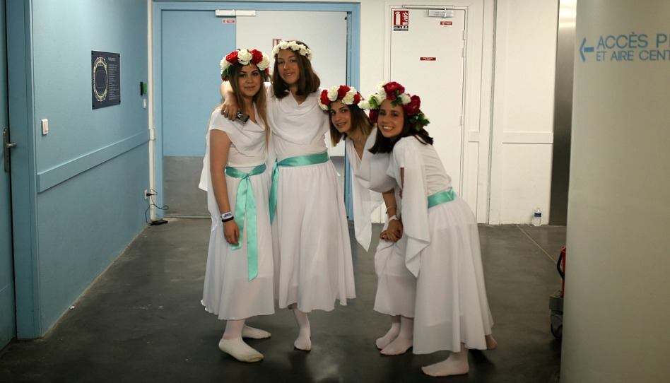 pieu de Toulouse: les jeunes filles en costume
