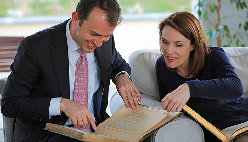Elder Bennasar et son épouse consultent des livres de leur histoire familiale