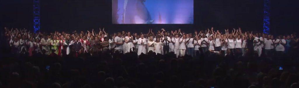 tous les jeunes sont montés sur scène à la fin du spectacle culturel