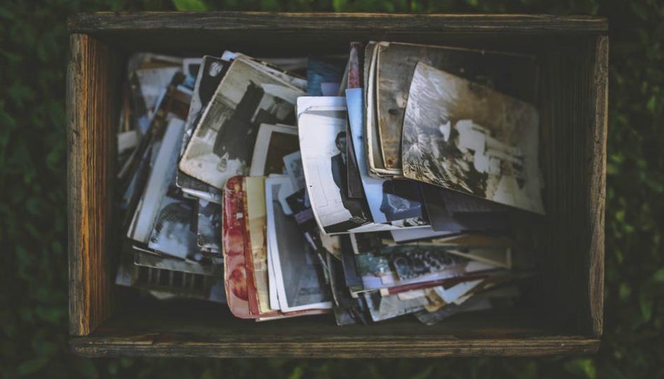 Anciennes photos dans un coffre en bois, comme celles de l'histoire de Thomas S. Monson