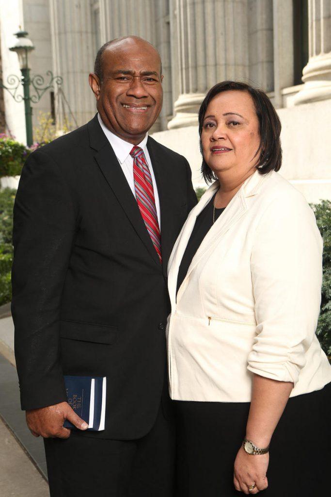Elder Wakolo et son épouse à Salt Lake City